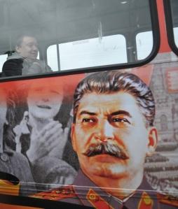 Stalin-Konterfei auf einem Bus in St. Petersburg