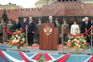 Putin vor dem Lenin-Mausoleum (9. Mai 2001)